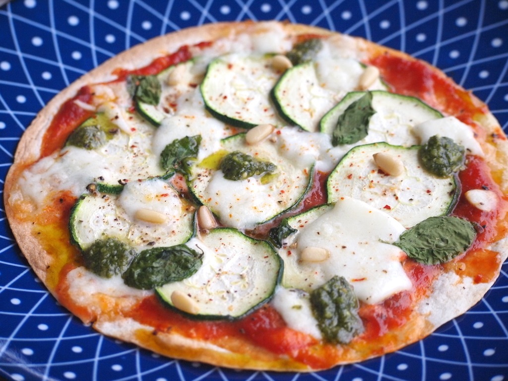 Snelle wrap pizza met courgette