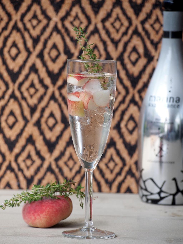 Sparkly cocktail met perzik en tijm