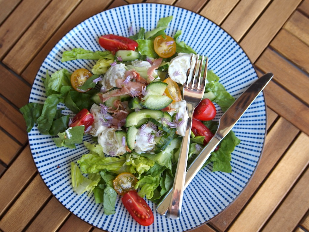 Zomerse salade met aardappel met bacon yoghurt tomaat en komkommer