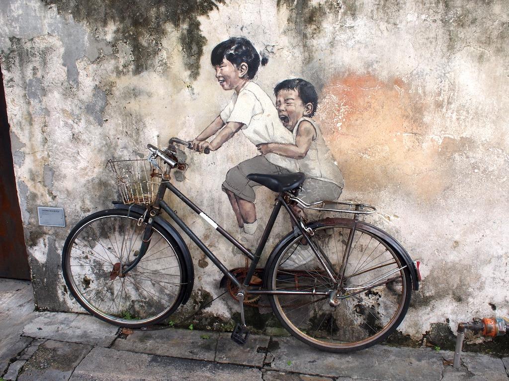 Streetart Penang fiets met kinderen
