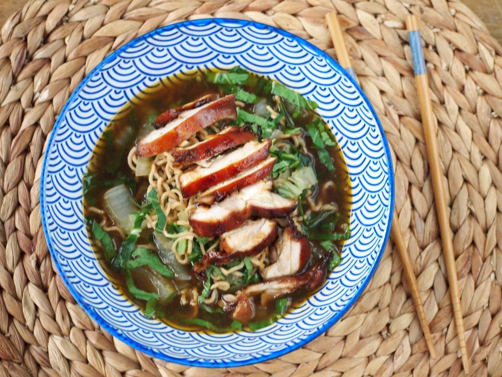 Snelle noodle soep met paksoi en kip
