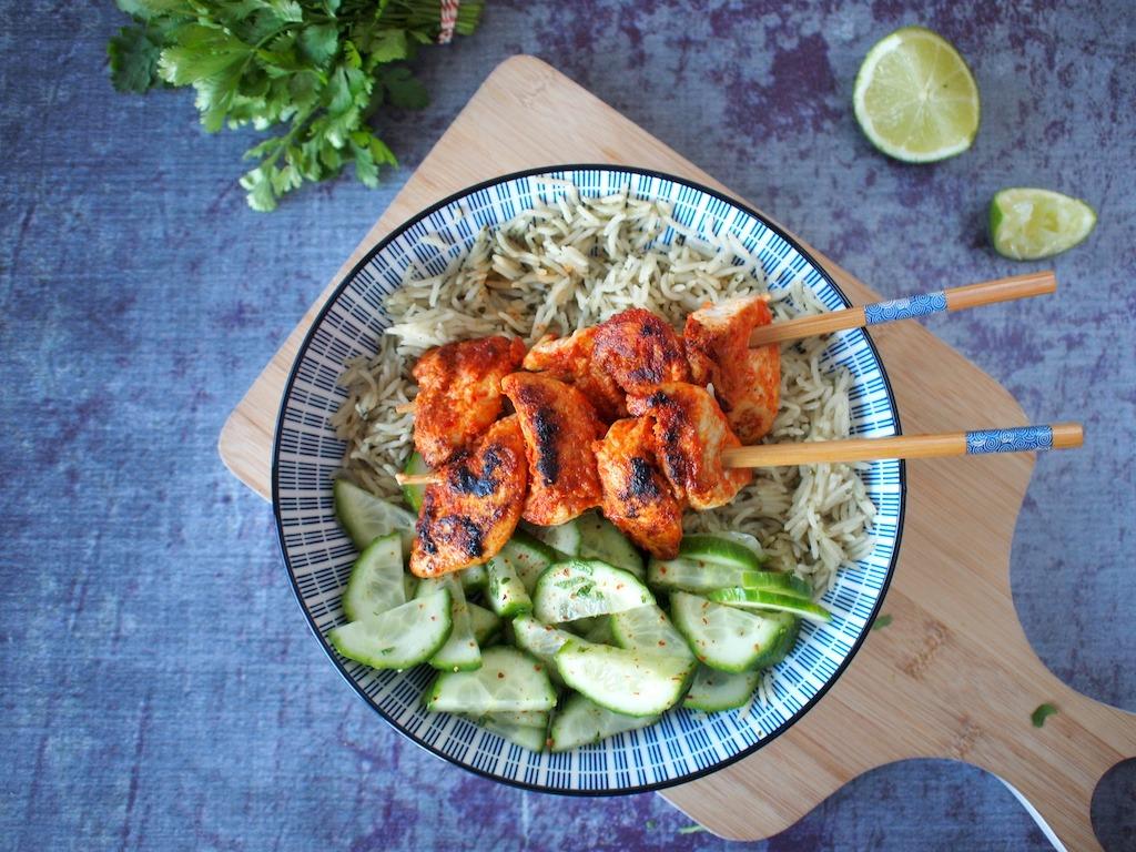 Thaise rode curry kip spiesjes met rijst en komkommer
