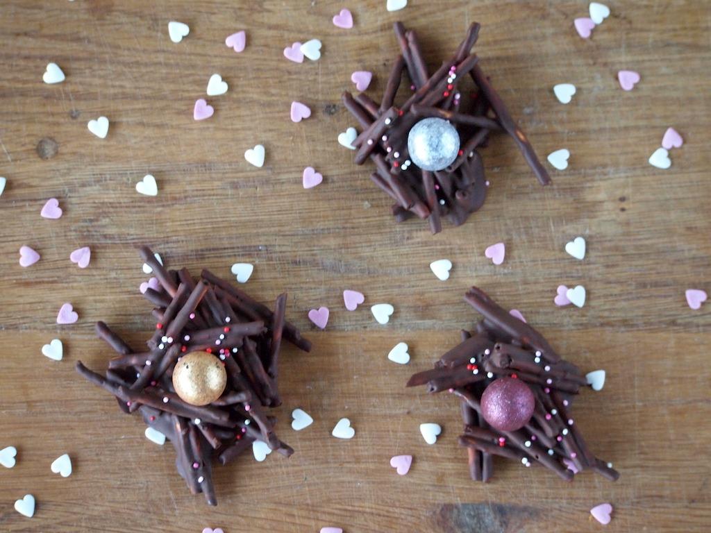 Chocolade liefdesnestjes met zoute sticks