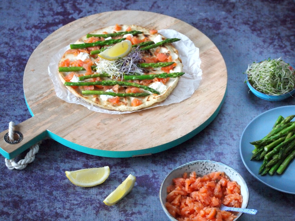 Libanees flatbread met zalm en groene asperges als lunch