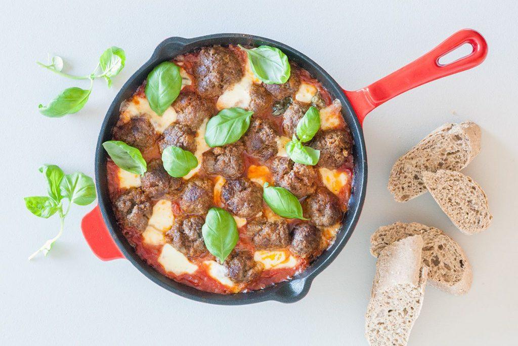 Gehaktballetjes-met-mozzarella-in-tomatensaus-uit-de-oven