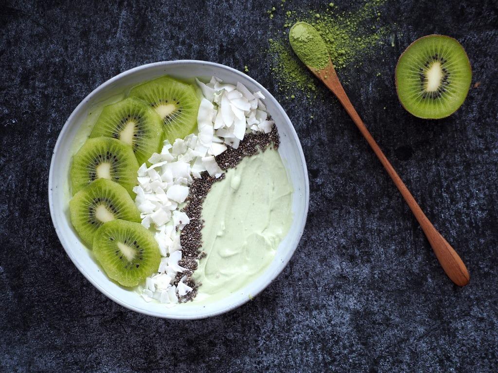 Matcha yoghurt bowl met kiwi