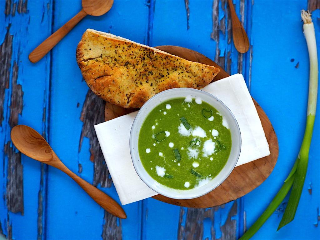 Lente-ui soep met naan