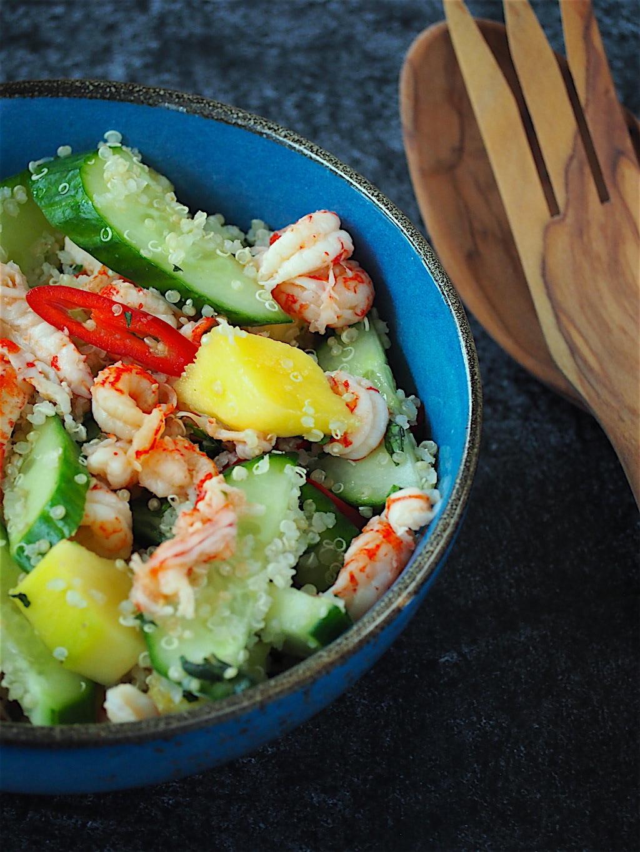 Quinoa maaltijdsalade met mango en rivierkreeftjes