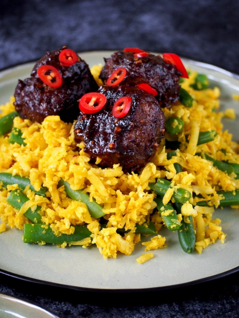 Koolhydraatarm recept met indonesische gehakballen en gele rijst