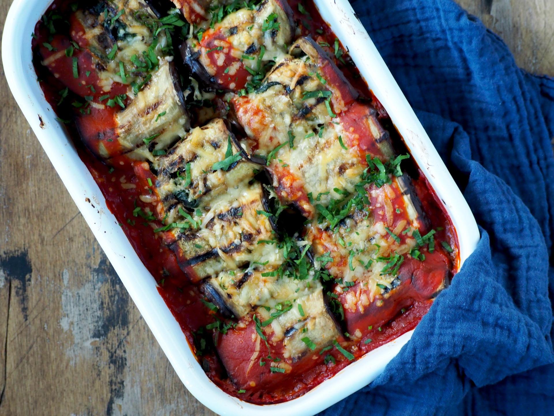 Koolhydraatarme Aubergine rolletjes met spinazie en tonijn