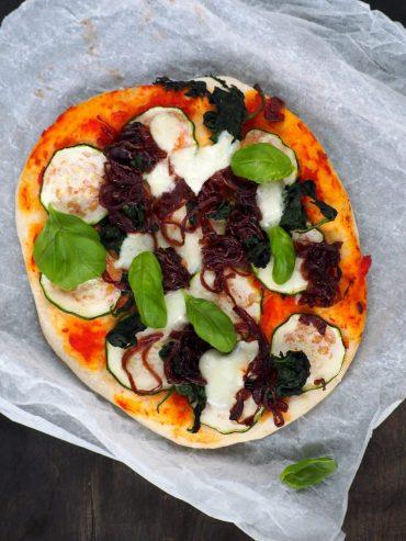 Pizza van zelfgemaakt pizzadeeg