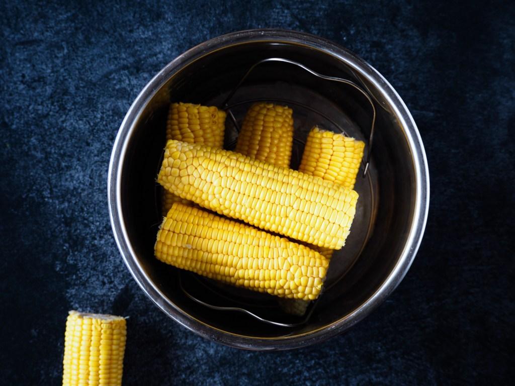 Maiskolven opstapelen in de Instant Pot