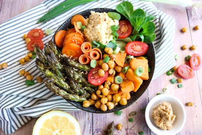 Vegane Süßkartoffel-Spargel-Bowl mit Erdnusssauce