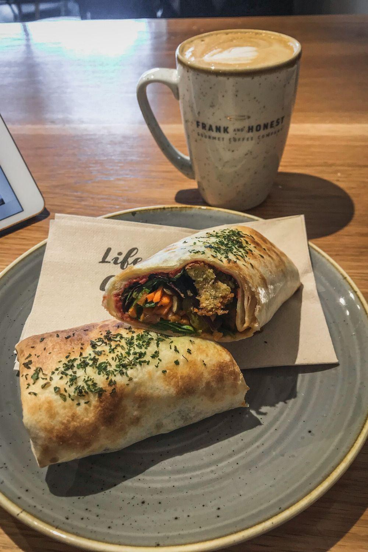 Meine liebsten Cafés in Dublin, Falafel-Wrap und Kaffee imFrank and Honest