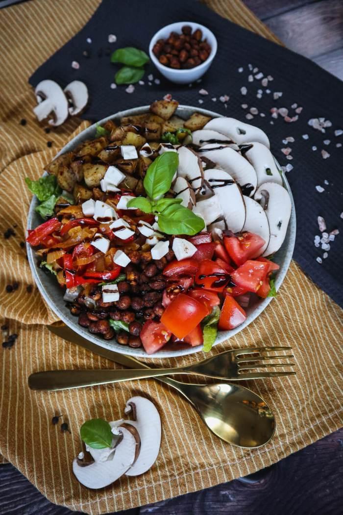 MEDITERRANE BOWL mit Kartoffelwürfel und Balsamico-Dressing