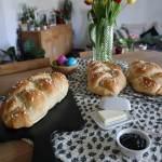 Veganer Hefezopf mit 3 Ei-Alternativen, das Bild zeigt drei leckere Hefezöpfe mit Tulpen im Hintergrund