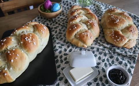 Veganer Hefezopf mit 3 Ei-Alternativen, das Bild zeigt drei leckere Hefezöpfe
