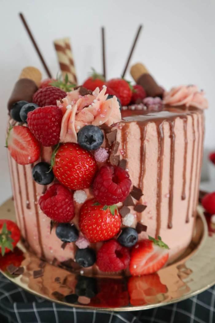 DRIP CAKE mit Buttercreme und Himbeerfüllung