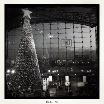 Hauptbahnhof Berlinmit Weihnachtsbaum    © Ulf Cronenberg, Würzburg