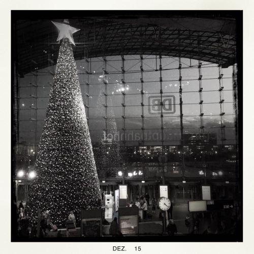 Hauptbahnhof Berlinmit Weihnachtsbaum || © Ulf Cronenberg, Würzburg