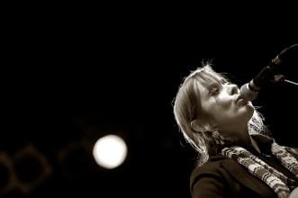 Suzanne Vega auf dem Hafensommer Würzburg 2011    Foto: © Ulf Cronenberg, Würzburg