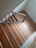 Detta är en trappa upp till en våning. En trappa med avsatsen säger att det är mer trappor än det är. Då förlorar kunden pengar eftersom flyttfirman baserar priser på dom antal trappor som kunden har sagt. Trappor och flytt i samband med flytt