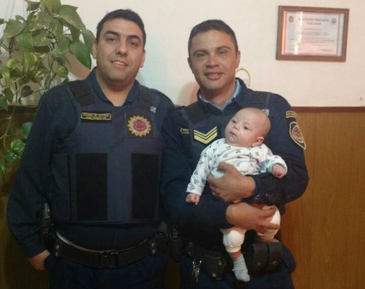 Policias le salvaron la vida a un bebé