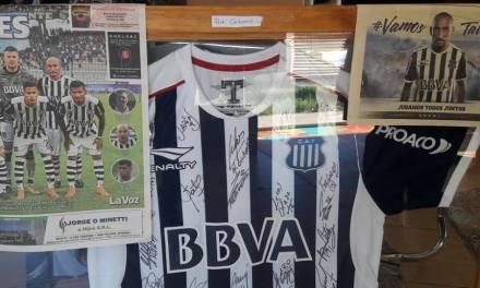 «Peti» Carbone, ganadora de la camiseta de «Cholito» Guiñazu