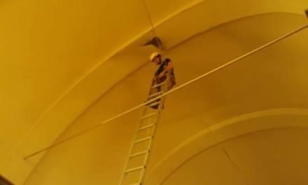 Bomberos trabajan en la cúpula de la Parroquia a raíz de un desprendimiento