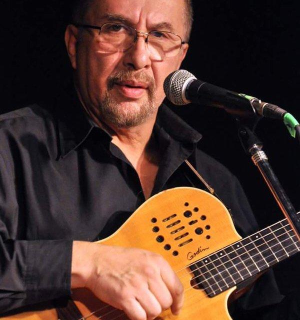Eduardo Semerario de profesión guitarrista , 27 años junto a Horacio Guaraní
