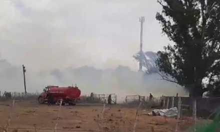 40 bomberos, 2 afectados por el humo y 10 unidades trabajaron en el incendio de chala que se propagó a un campo