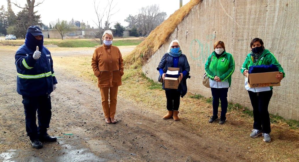 Gesto solidario: «Onda verde» tejió cuellitos y los donó al personal que trabaja en los controles en la ruta
