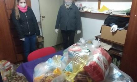 Cáritas está entregando los bolsones de mercaderia