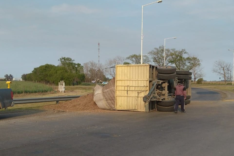 Vuelco de acoplado en el acceso sur de la ciudad