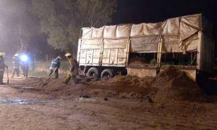 Principio de incendio en la carga de un camión