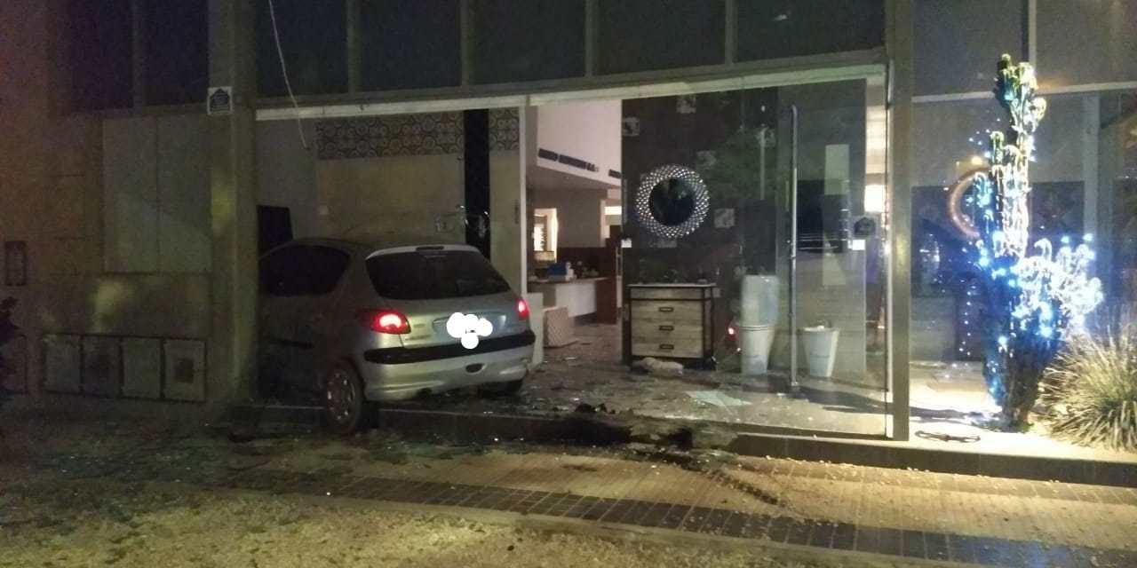 Deheza: conducía en estado de ebriedad e impactó contra un local comercial