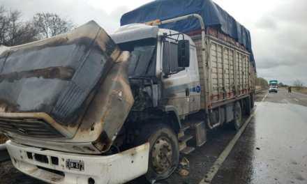 Transportista  de Cabrera sufrió el incendio de su camión en ruta