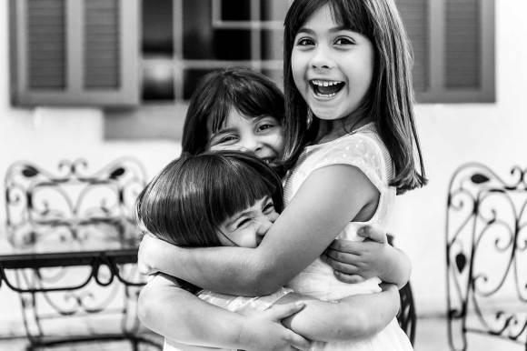 crianças se abraçam e sorriem de forma bela e pura no making of do casamento
