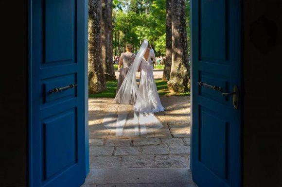 Noiva entrando com sua mãe no casamento na fazenda santa barbara