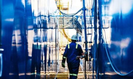 cisco man loopt door industriele omgeving