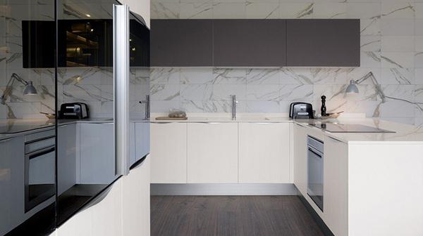 Piedra natural en las paredes de la cocina una de las