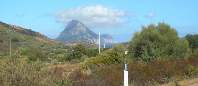 Blick auf Isla Tavolara von der Küstenstraße Nähe Porto San Paolo