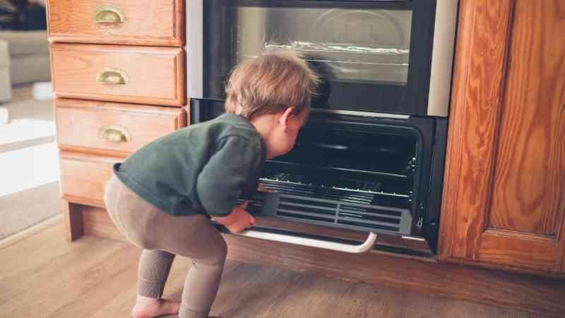 yemek pişiren çocuk