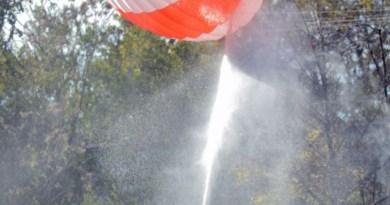 Bombeiros trabalham no local da queda do avião (Foto: AP)