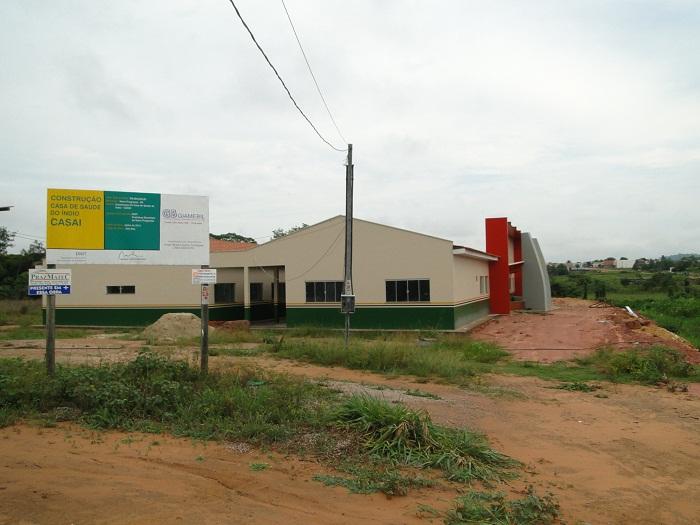 Casa do Índio- Placa indica valor da obra, fonte do recurso e empresa executa a referida.