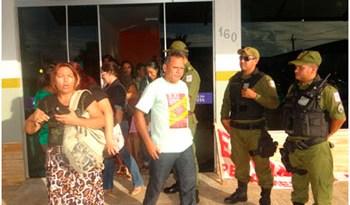 Professores levados pela PM à Seccional de Polícia