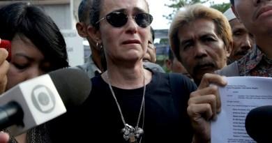 Angelita Muxfeldt, prima de Rodrigo Gularte, fala à imprensa nesta terça-feira sobre execução de primo na Indonésia (Foto: AP Photo/Tatan Syuflana)