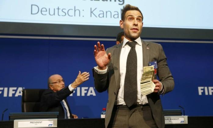 O comediante Simon Brodkin inicia o protesto enquanto Blatter, ao fundo, chama os seguranças para retirá-lo - ARND WIEGMANN / REUTERS