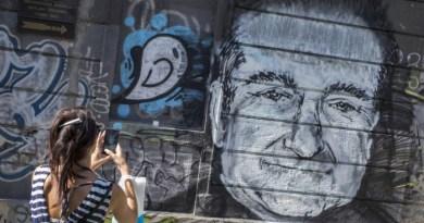 Mulher fotografa mural com desenho de Robin Williams, que sofria de depressão e se matou - MARKO DJURICA / REUTERS