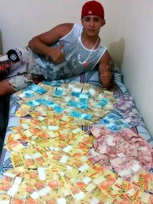Luiz Gustavo ostentava no Facebook dinheiro da venda de drogas (Foto: Reprodução/Facebook)
